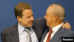 福特汽车公司的执行董事长小威廉•克莱•福特2003年拥抱父亲老威廉•克莱•福特