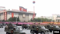 Militer Korea Utara dalam sebuah parade di Pyongyang (foto: dok). Militer Korut melakukan latihan perang dekat perbatasan yang disengketakan.