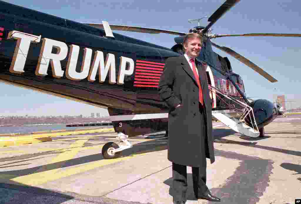 សេដ្ឋីអចលនទ្រព្យលោក Donald Trump ឈរថតជាមួយនឹងឧទ្ធម្ភាគចក្រ Sikorsky នៅឯចំណតឧទ្ធម្ភាគចក្រ New York Port Authority's West 30 Street Heliport កាលពីថ្ងៃទី២២ ខែមិនា ឆ្នាំ១៩៨៨។