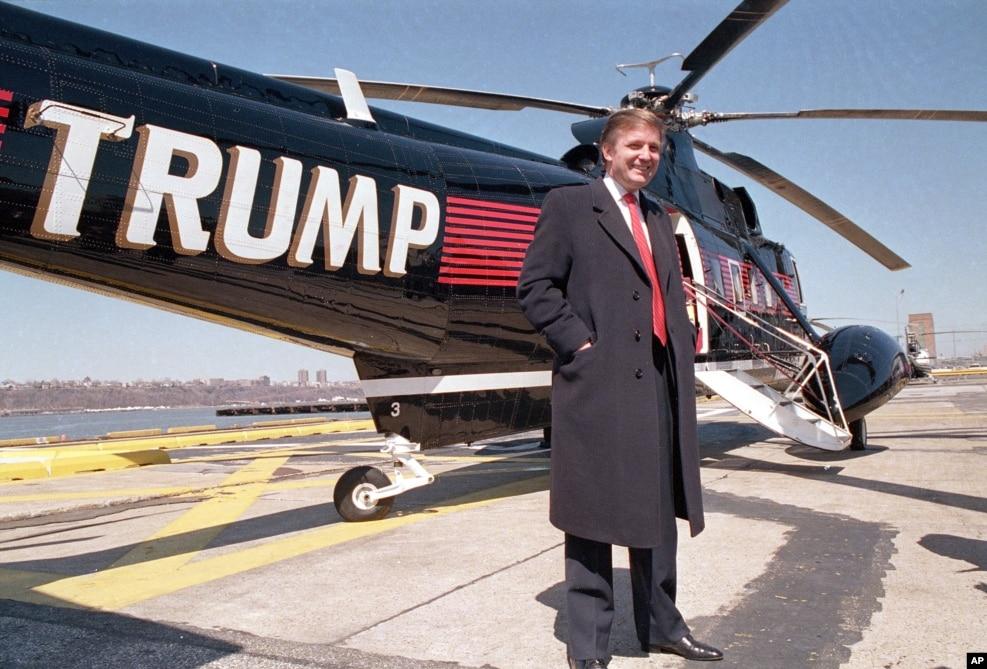 1988年3月22日,房地产巨头川普站在自己的直升机旁。