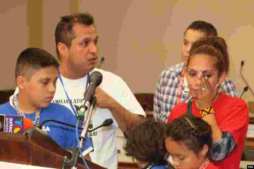 Josefina Resendiz junto a sus hijos y su cuñado cuentan con dolor el día que deportaron a su esposo Carlos Resendiz.