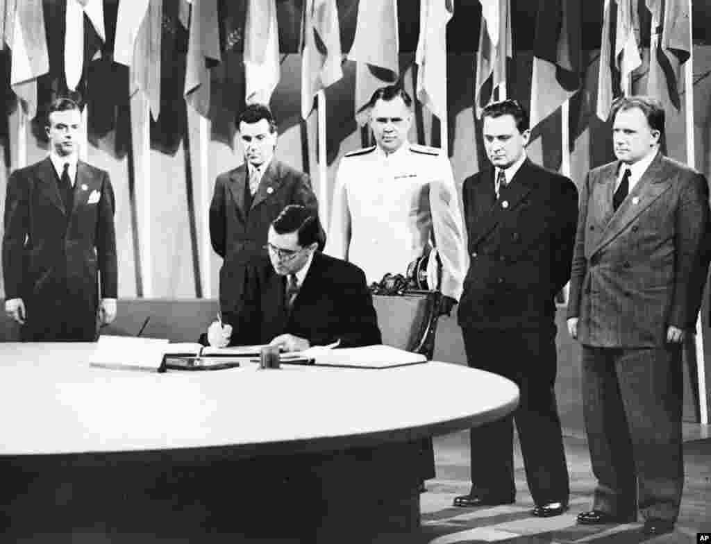 Rossiyaning AQShdagi elchisi Andrey Gromiko BMT Nizomiga imzo chekmoqda. 26-iyun, 1945.