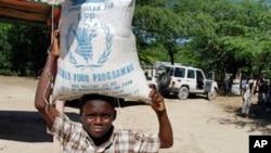 海地儿童举着联合国援助的食品(资料照片)