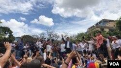 후안 과이도 베네수엘라 국회의장이 11일 반정부 집회에 모인 지지자들에게 연설하고 있다.