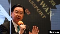 台湾外交部部长吴钊燮9月2日宣布新版护照样式(台湾行政院提供)