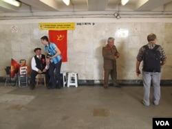 莫斯科市中心地下通道中有人扮成列宁和斯大林招揽游客拍照。(美国之音白桦拍摄)
