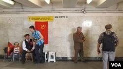 莫斯科市中心地下通道中有人扮成列寧和斯大林招攬遊客拍照。 (美國之音白樺拍攝)