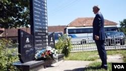 Hašim Tači ispred spomen ploče u Goraždevcu, podignutoj dvojici srpskih dečaka ubijenih 2003.