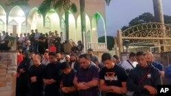 Fieles oran por las víctimas y familiares de los tiroteos en dos mezquitas en Christchurch, Nueva Zelanda, donde murieron 49 personas el viernes, 15 de marzo de 2019.