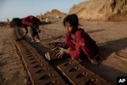 پاکستان میں اینٹوں کے کئی بھٹوں پر بچوں سے مشقت لی جاتی ہے۔