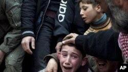一位伊德利卜的男孩3月8日在他父親的葬禮上哭泣,他的父親是被敘利亞軍隊的狙擊手射殺