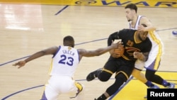 LeBron James, attaquant des Cavaliers de Cleveland, tente une percée entre le défenseur des Warriors de Golden State Klay Thompson et son attaquant Draymond Green, lors d'un match de basketball de la NBA, au Arena Arena, à Oakland, Californie, Etats-Unis, Kelley L Cox-USA TODAY Sports