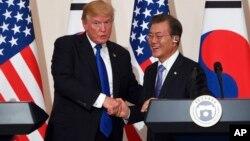 Presiden AS Donald Trump (kiri) dan Presiden Korea Selatan Moon Jae-In dalam konferensi pers bersama di Seoul, Selasa (7/11).