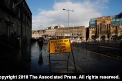រូបឯកសារ៖ សញ្ញាតាមផ្លូវមួយដែលសរសេរថា «ប្រយ័ត្នចរាចរណ៍ពីខាងស្តាំ» ត្រូវគេដាក់នៅក្រុង Edinburgh ប្រទេសស្កុតលែន ចក្រភពអង់គ្លេស កាលពីខែសីហា ឆ្នាំ២០១៩។