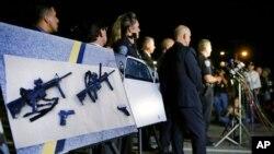 Arhiva - Policijska fotografija jurišnog oružja i pištolja izloženih tokom konferencije za štampu nedaleko od poprišta masovne pucnjave u San Bernardinu, Kalifornija, 3. decembar 2015.