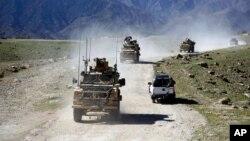 Arhiv - Snage SAD mimoilaze se sa patrolom afganistanskih komandosa u okolini Džalabada, istočno od Kabula, Afganistan, aprila 2014.