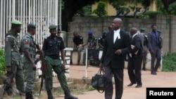 Des avocats passent devant des policiers qui montent la garde devant un tribunal qui doit statuer sur la demande de libération sous caution du dirigeant chiite Zakzaky à Kaduna, au Nigeria, le 29 juillet 2019.