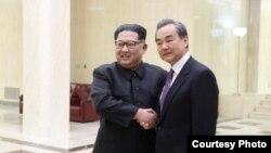 3일 김정은 북한 국무위원장(왼쪽)과 왕이 중국 외교담당 국무위원 겸 외교부장이 함께 찍은 사진을 중국 외교부가 공개했다.