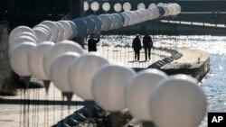독일이 통일 25주년을 맞은 7일 베를린 장벽이 있던 자리에 하얀 등이 설치돼있다.