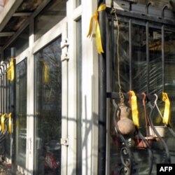 高瑜在家中凉台栏杆上系满黄丝带