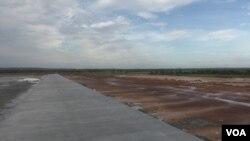 Dự án khu nghỉ dưỡng Dara Sakor dự định xây một phi trường quốc tế có đường băng dài nhất Campuchia. Quy mô của dự án gây lo ngại tại Hoa Kỳ, vì có thể được Bắc Kinh sử dụng vào các mục đích quân sự.