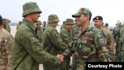 Pakistani troops welcoming Russian forces at a military base in Rawalpindi, Sept. 23, 2016. (Courtesy ISPR)