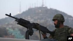 一名守卫在塔利班自杀袭击现场的喀布尔的阿富汗士兵。(资料照)