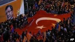 အာဏာရ AK ပါတီရဲ႕ သမၼတ Recep Tayyip Erdogan ပါ ဗီႏုိင္းနဲ႔ ေထာက္ခံသူမ်ားရဲ႕စုေဝးမႈ။ (ႏိုဝင္ဘာ ၁၊ ၂၀၁၅)