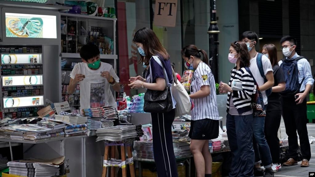 香港民众周二在报摊前排队购买苹果日报表达对黎智英的支持。(2020年8月11日)(photo:VOA)