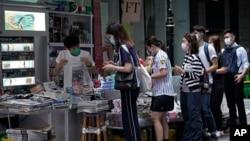 香港民众在报摊前排队购买苹果日报表达对黎智英的支持(美联社2020年8月11日)