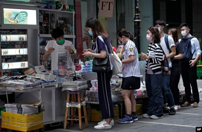 香港民众周二在报摊前排队购买苹果日报表达对黎智英的支持。(2020年8月11日)