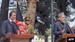 رئيس جمهوری افغانستان، حامد کرزی (سمت راست) در کنفرانس خبری مشترک با دبير کل ناتو، فوگ راسموسن (سمت چپ)، ۲۴ فروردين