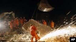 10月15号救援人员继续寻找埋在废墟中的受难者