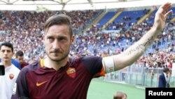 Le footballeur italien Francesco Totti célèbre la victoire de l'AS Rome au stade olympique de Rome le 5 août 2015.