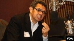 """Gustavo Torres, director ejecutivo de Casa de Maryland en los estudios de la VOA. """"Los republicanos no nos quieren a los hispanos"""", dijo."""