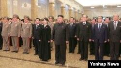 김정일 북한 국방위원장 3주기를 맞아 김정은 국방위원회 제1위원장(가운데 오른쪽)이 당·정·군 고위 간부들을 거느리고 김일성·김정일의 시신이 안치된 금수산태양궁전을 참배했다고 조선중앙통신이 17일 보도했다. 작년 2주기 금수산태양궁전 참배에서 검은색 정장 차림이었던 리설주(가운데 왼쪽)는 이번에는 검은색 상복을 입고 나왔다.