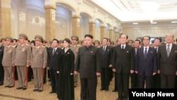 지난해 12월 김정일 북한 국방위원장 3주기를 맞아 김정은 국방위원회 제1위원장이 곽범기 당 비서 등 당·정·군 고위 간부들을 거느리고 김일성·김정일의 시신이 안치된 금수산태양궁전을 참배하고 있다.