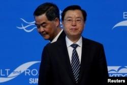 2016年5月18日中国全国人大主席张德江在香港出席一带一路峰会,特区行政长官梁振英(左)从其背后走过