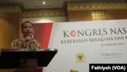 Koordinator Desk KBB Komnas HAM, Jayadi Damanik menjelaskan soal penelitiannya terkait Jawa Barat sebagai daerah paling intoleran, 23 Februari 2016 (Foto: VOA/Fathiyah)
