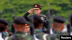 태국 과도총리로 선출된 프라윳 찬-오차 육군참모총장이 21일 촌부리 지역 보병 대대를 방문해 거수경례를 하고 있다.