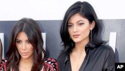کایلی جنر (راست) خواهرناتنی کیم کارداشیان است.