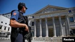 守卫在马德里西班牙议会大厦前的警察。(资料照)