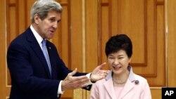 Predsjednica Južne Koreje Park Geun-hye i američki državni sekretar John Kerry jučer u Seoulu