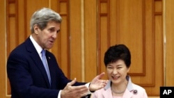 El secretario de Estado Kerry conversando con la presidenta surcoreana, Park Geun-hye, este lunes, 18 de mayo, de 2015, en la capital surcoreana.