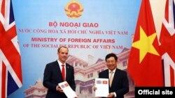 Phó Thủ tướng Phạm Bình Minh và Bộ trưởng Ngoại giao và Phát triển, Bộ trưởng Thứ nhất Vương quốc Anh Dominic Raab. Ảnh: VGP/Hải Minh