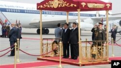 Махмуд Ахмадинежад и Мухаммед Мурси в аэропорту Каира. Египет. 5 февраля 2013 г.