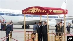 ایران کے صدر محمود احمدی نژاد نے صدر مرسی کے دورِ حکومت میں قاہرہ کو دورہ بھی کیا تھا (فائل)