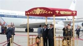 Iranski predsednik Mahmud Ahmadinedžad i egipatski predsednik Mohamed Morsi na aerodromu u Kairu, 5. februar, 2013.