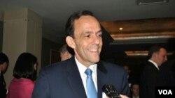 លោក William Todd ឯកអគ្គរដ្ឋទូតសហរដ្ឋអាមេរិកប្រចាំនៅកម្ពុជាកំពុងផ្ដល់បទសម្ភាសន៍ដល់អ្នកយកព័ត៌មានវិអូអេខ្មែរនៅក្នុងពិធីគម្រប់ខួបទី៣០ឆ្នាំនៃក្រុមប្រឹក្សាពាណិជ្ជកម្មអាមេរិកអាស៊ាន(US-ASEAN Business Council)នៅក្នុងរដ្ឋធានីវ៉ាស៊ីងតោនកាលពីថ្ងៃទី២ខែតុលាឆ្នាំ២០១៤។(VOA Khmer)