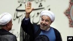 伊朗总统鲁哈尼2013年8月4日在议会宣誓就职后挥手致意